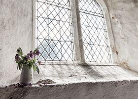 白い窓と花瓶